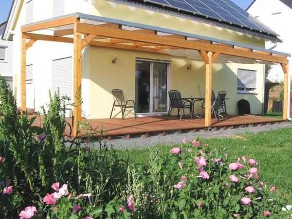 Terrassenüberdachung mit Holzunterbau