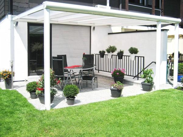 Top Alu Terrassenüberdachung mit Aluminiumunterbau weiß Frontansicht
